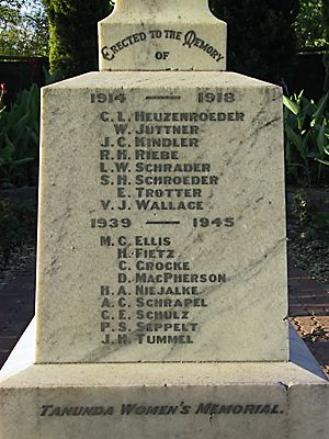(Photo © D. Nutting) war memorial, Tanunda